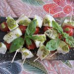 MINI-BROCHETAS DE TOMATE, PESTO Y MOZZARELLA: muy fashion!