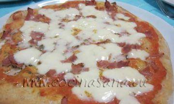 Luego abre el horno y rápidamente echa la mozzarella y deja la pizza en el horno durante otros 3-4 minutos