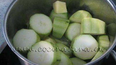 añade entonces los calabacines sin piel y la patata pelada, todo cortado en trozos más o menos iguales