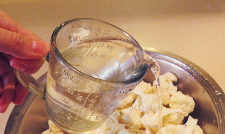 Agregar el agua o consomé y cocer hasta que se suavicen.