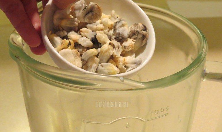 Agregar el huitlacoche a la licuadora para preparar la crema