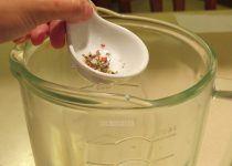 La pimienta se añade a la licuadora junto con el resto de los ingredientes.