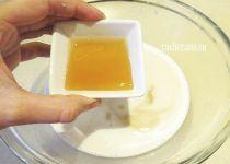 Añadir la miel a la leche de almendras, se pude añadir la cantidad que creas conveniente.